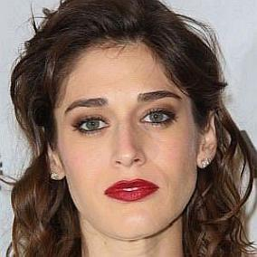 Lizzy Caplan facts